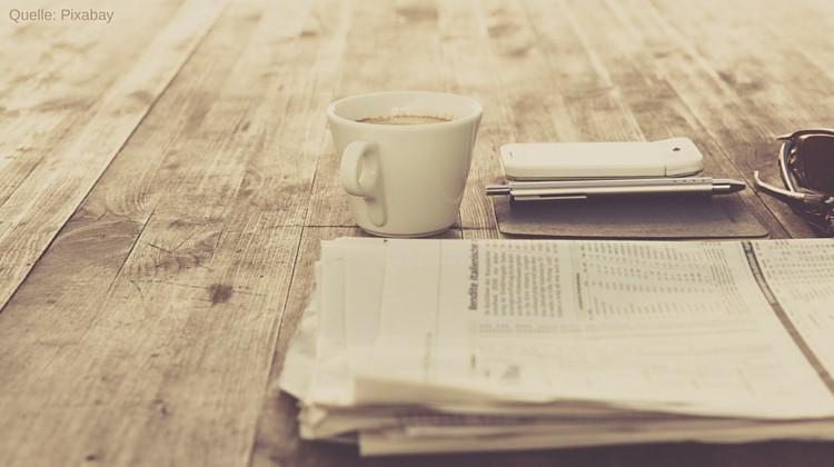 Zeitung, Kaffee und Smartphone