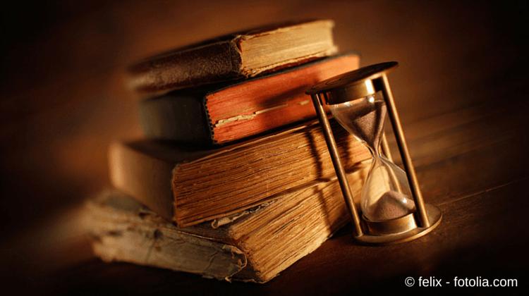 Eine Social Media Strategie brauch Planung und Zeit - Foto mit alten Büchern und Sanduhr