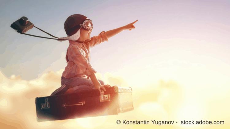 Keyword-Tools als Inspiration nutzen - kleiner Junge spielt Pilot