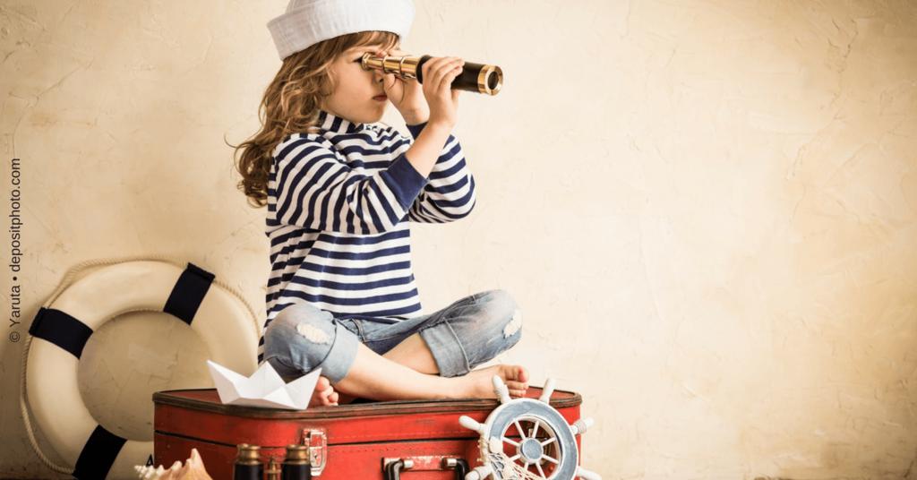 Strategie für den Aufbau Deiner Newsletter-Liste - Mädchen spielt Seemann