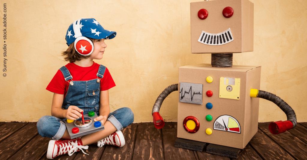 Autoresponder: Bild eines Jungen mit einem Papp-Roboter zur Illustration