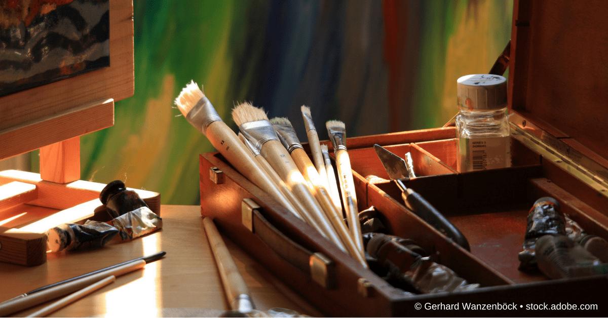 Pinsel, Staffelei und Farben als Illustration zu sind Templates und Plugins Betrug