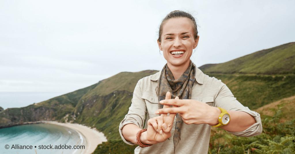 Hashtag - eine Frau formt mit ihren Fingern das Symbol