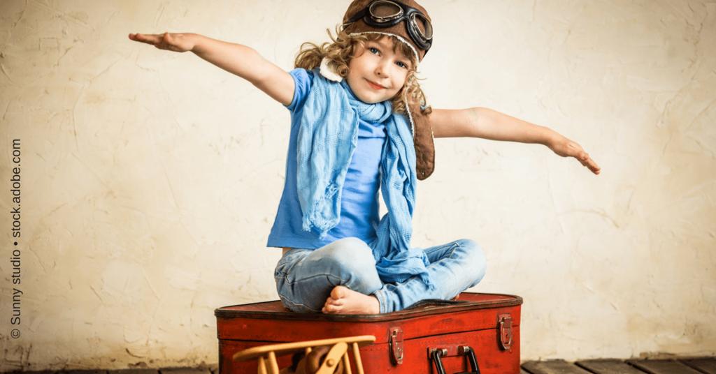 Mädchen auf einem Koffer - einen Sales Funnel nennt man auch Kundenreise