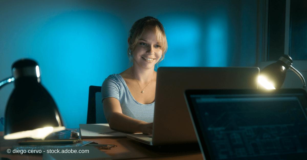Facebook = Zeitverschwendung? Eine junge Frau abends am PC