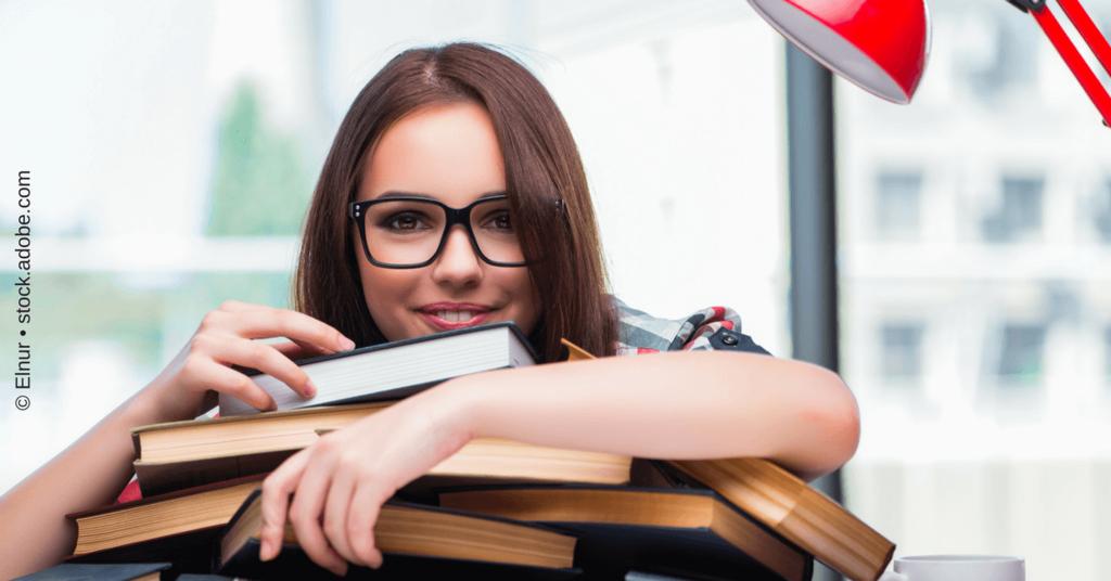Buchempfehlungen für Solopreneurinnen Frau mit Büchern