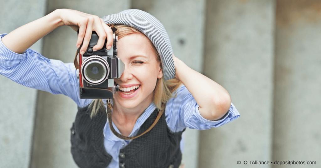 Kreativität im Marketing Alltag - junge Frau mit Fotoapparat