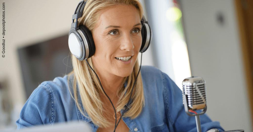 Junge Frau beim Podcast-Einsprechen: Was ist eigentlich ein Podcast? Und warum könntest Du einen brauchen?